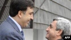 Gürcüstan prezindeti Mikheil Saakashvili (solda) Tbilisidə ermənistanlı həmkarı Serzh Sarkisianla görüşür, 30 sentyabr 2008