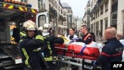 Эвакуация раненных в результате атаки на офис французского сатирического журнала Charlie Hebdo в Париже, 7 января 2015 года.