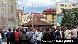Актривисти на движењето за самоопределување денсска го блокираа влезот кон парламентот во знак на незадоволство од посетата на Стефановиќ