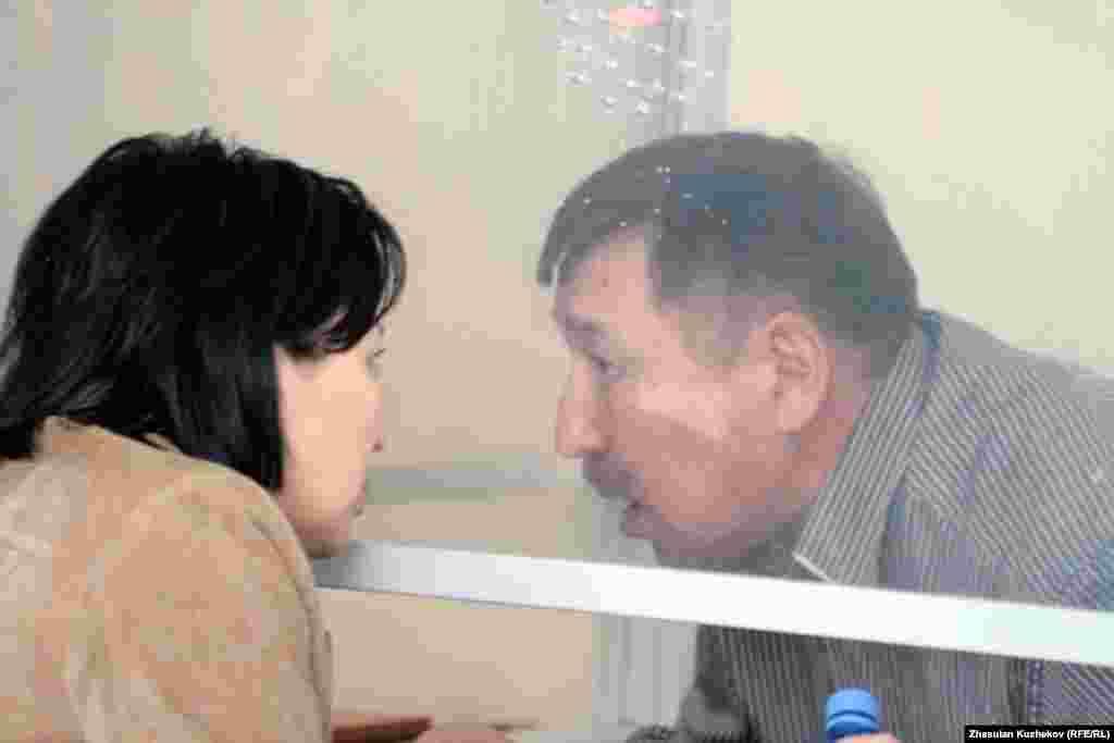 Директор ТОО «MDS Company» Толеген Тайгамбаев (справа), обвиняемый в рамках дела Доскалиева. Астана, 19 мая 2011 года.