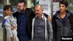 Осама Әбдел Мөһсән (сулдан өченче) уллары һәм футбол мәктәбе җитәкчесе Анхел Галан (сулдан икенче) белән Мадрид вокзалында