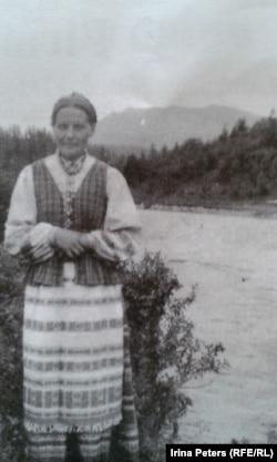 Мария Эндзюлайтене в литовском национальном костюме. На реке Мина, Красноярский край. 1949 год