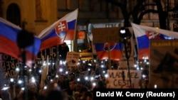 Демонстрация в Братисаве с требованием расследовать убийство журналиста Яна Куциака и найти виновных. 16 марта 2018 года.
