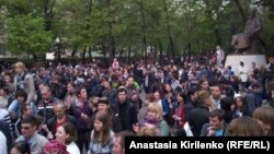 Участники акций протеста у памятника казахскому поэту Абаю Кунанбаеву