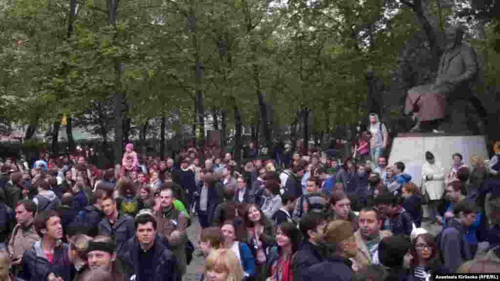 """Российские активисты проводят акцию """"Оккупай Абай"""" у памятника Абаю в центре Москвы. 9 мая 2012 года."""