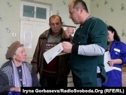 Александр Гонтарев объясняет сыну пенсионерки правила приема лекарств