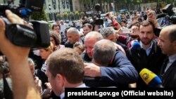Сегодня утром президент пришел к отцу погибшего подростка