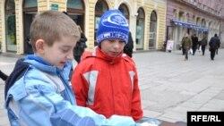 Жители в боснийском Сараево делают пожертвования для Гаити, 20 января 2010 года
