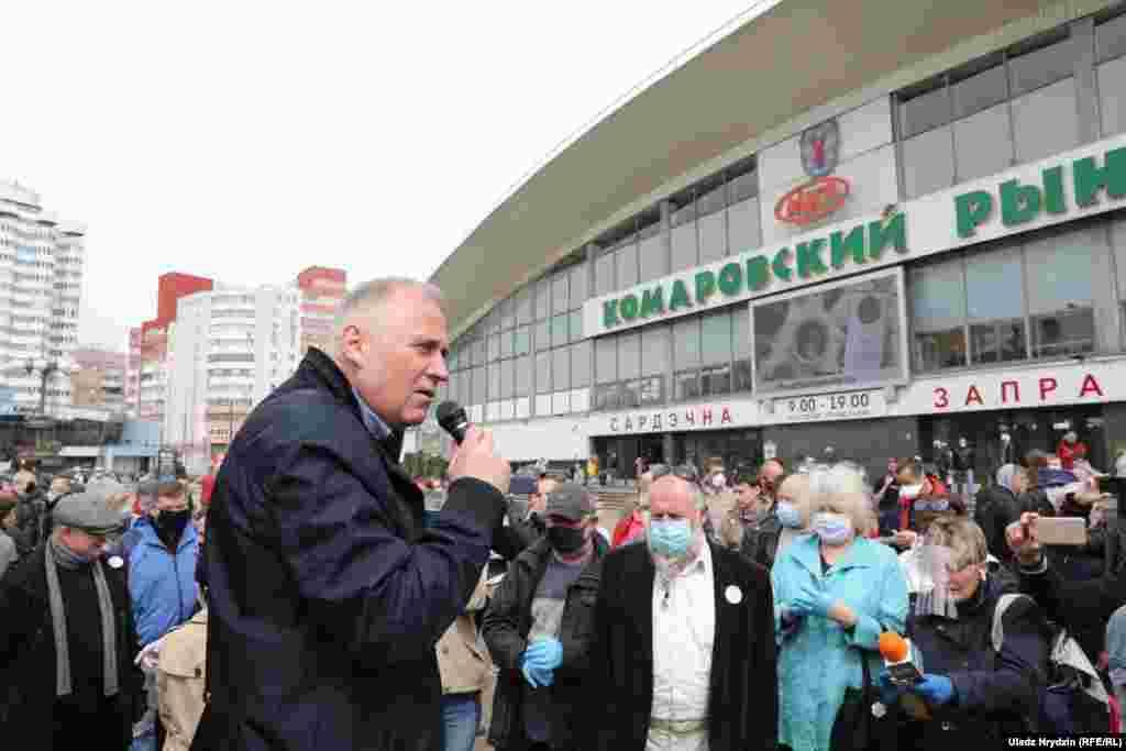 Оппозиционный политик и бывший кандидат в президенты Николай Статкевич, помогавший организовать митинг 24 мая, разговаривает со своими сторонниками. Его кандидатура для участия в президентских выборах в августе также была отклонена