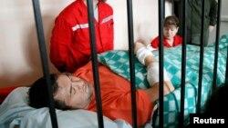 Роман Насіров під час засідання суду 5 березня на ношах, перед цим у лікарні «Феофанія», яка лікує високопосадовців, повідомили, що у голови ДФС інфаркт