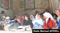 Peshawar, Khyber Pkhtunkhwa: Students at a community school in Chamkani