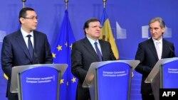 Голови урядів Румунії Віктор Понта (л) і Молдови Юріє Лянке (п) і голова Єврокомісії Жозе Мануель Баррозу (ц)