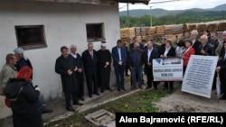 Nekadašnji zatočenici u preko 650 zatvora i logora širom Bosne i Hercegovine, tokom rata, obilježili su Dan logoraša, (na fotografiji skup u Rogatici)
