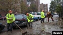 Көше сыпырушылар дауылдан кейін қаланы тазалап жүр. Нью-Йорк, 30 қазан 2012 жыл