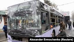 Троллейбус, по которому были выпущены снаряды, Донецк, 22 января 2015