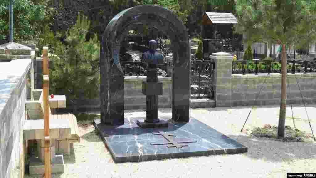 На ділянці кладовища, що належить до Свято-Нікольського храму, похований син четвертого президента України Віктор Янукович-молодший