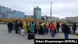 Әр аймақтан жиналған 150-ге жуық борышкер министрлер үйіне бара жатыр. Астана, 1 қазан 2013 жыл.