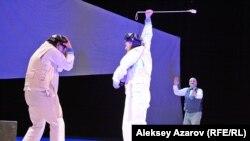 Эпизод из спектакля. Лангман заставляет одного нанятого им человека ударить другого. Алматы, 23 июня 2018 года.