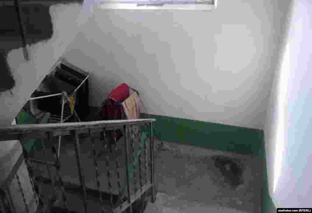 Чаще всего жители многоэтажек сушат белье на лестничной клетке, Ашхабад