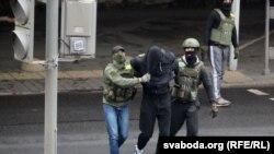 Минскиде бийликке каршы жүрүшкө чыккандарды күч түзүмдөрүнүн өкүлдөрү кармап баратышат. 8-ноябрь, 2020-жыл.