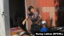 Батес Турганбаева с двумя детьми вот уже два года живёт в этом контейнере в посёлке Шанырак-1 на окраине Алматы.