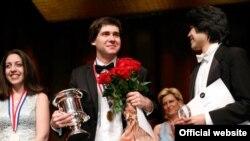 Вадим Холоденко (у центрі). Фото з офіційної facebook сторінки конкурсу https://www.facebook.com/thecliburn