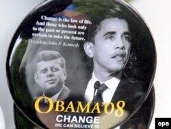 Bedževi sa likom Džona Kenedija i Baraka Obame uoči američkih predsedničkih izbora 2008.