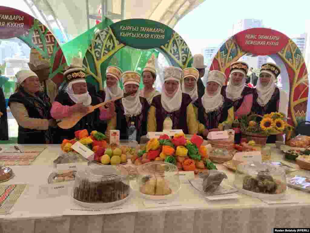 Женщины в национальных кыргызских костюмах.
