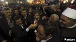 Եգիպտոս - Բազմությունը շրջապատել է Իրանի նախագահ Մահմուդ Ահմադինեժադին Կահիրեի Ալ-Հուսեյն մզկիթի մոտ, 5-ը փետրվարի, 2013թ.