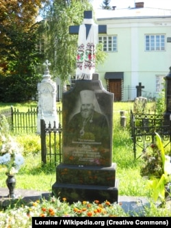 Могила митрополита Якова (Івана Панчука) (1931–2004) біля Свято-Троїцького кафедрального собору в Луцьку