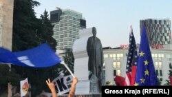 Protestuesit bartin statujën prej letre të kryeministrit Rama