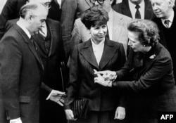 Михаил Горбачов и съпругата му Раиса позират за снимка заедно с Маргарет Тачър по време на посещението им в Лондон. 16 декември 1984 г.