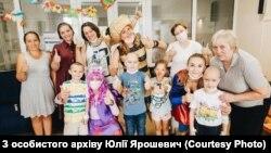 Волонтери дарують дітям свята, щоб підтримати під час лікування онкології