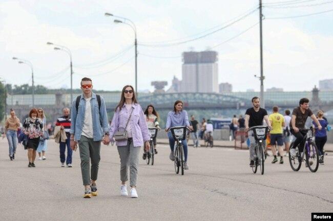 Люди на набережной Москвы-реки в парке Горького, 6 июня 2020 года