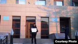 Руководитель Акмолинского областного филиала оппозиционной партии «Алга» Марат Жанузаков проводит акцию протеста у входа в Акмолинский областной департамент КНБ. Кокшетау, 30 января 2012 года.