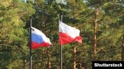 """Российский и польский флаги над мемориальным комплексом """"Катынь"""""""