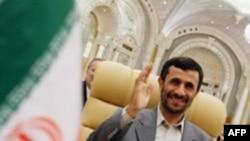 محمود احمدی نژاد همچنین پیشنهاد کرد تا بورس نفتی جدیدی راه اندازی شود.