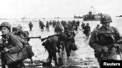 Amerika əsgərləri Fransa sahillərinə desant çıxarır (1944)