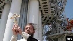 Казахстан - Руски свештеник благословува сателит