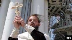 «КазСат-1» спутнигі ұшар алдында діни жоралғы жасап тұрған православ шіркеуінің өкілі. Байқоңыр, 17 маусым 2006 жыл.
