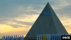 Здание Дворца мира и согласия в Астане. 26 ноября 2010 года.
