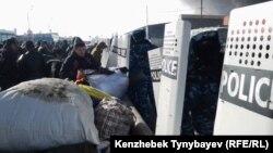 Полиция өрт шыққан базарды қоршап тұр. Алматы, 17 қараша 2013 жыл. (Көрнекі сурет)
