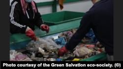 Сортировка твердых бытовых отходов на мусоросортировочном предприятии в Алматы. Фото предоставлено экообществом «Зеленое спасение».