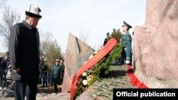 Қырғызстан президенті Сооронбай Жээнбеков Ақсы оқиғасы құрбандарын еске алу шарасында. 17 наурыз 2019 жыл.