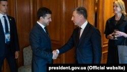 Президент України Володимир Зеленський (ліворуч) і спеціальний представник США Курт Волкер. Торонто, 3 липня 2019 року