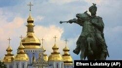 Автор статті переконаний: «якщо Україні вдасться створити життєздатну демократичну державу, що добре функціонує, Росія перестане розширюватися і, ймовірно, розвалиться, так само, як і Радянський Союз у 1991 році».