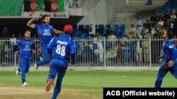 آرشیف، برخی از اعضای تیم ملی کریکت افغانستان در جریان مسابقه با تیم کریکت زمبابوی در شارجه.