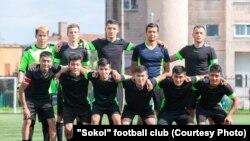 Кыргызстандык мигрант жигиттерден түзүлгөн «Сокол» футбол командасы.