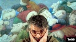 Владимир Любаров у своей картины «Зал ожидания»