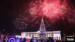 Новогодний салют над площадью Ленина в Симферополе, 1 января 2020 года
